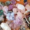 Verrens-Arvey - Les pierres et leurs bienfaits - Bienvenue dans le monde des cristaux, un endroit magique où mère nature fabrique ses propres bijoux. Dans presque toutes les civilisations, les pierres sont les compagnes des êtres humains qui leurs accordent des vertus.